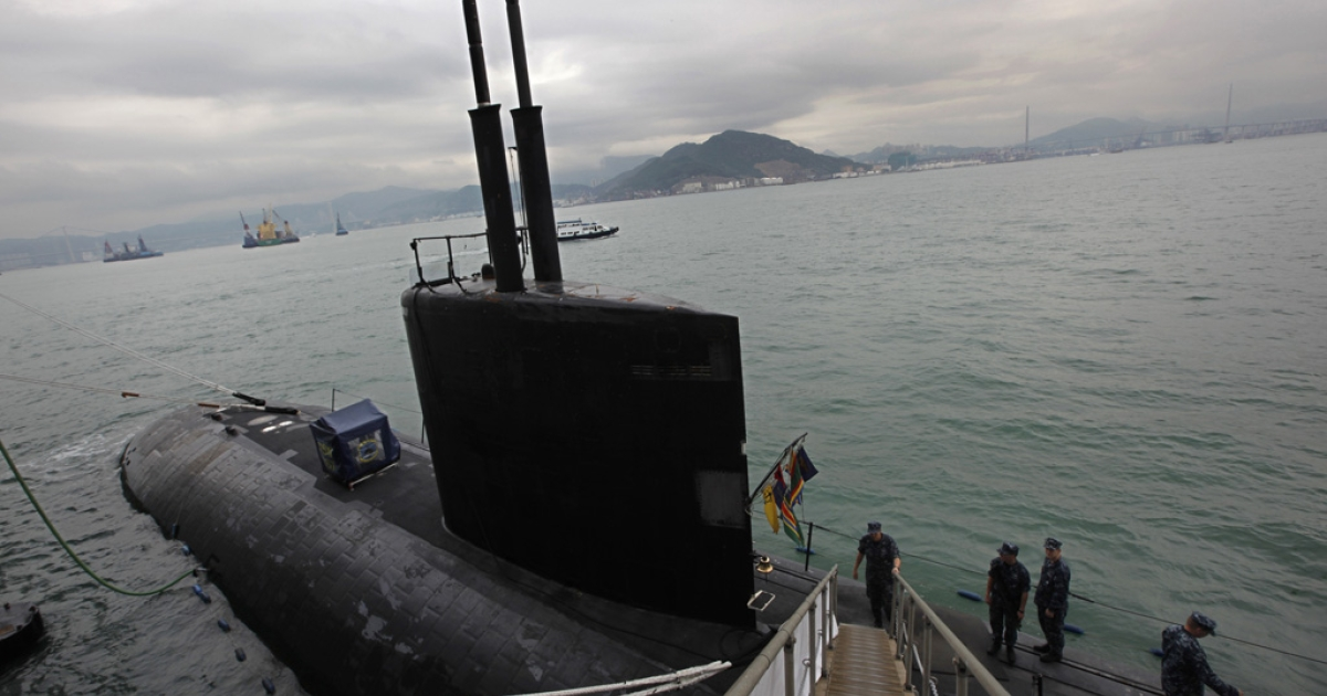 Sailors stand aboard the Los Angeles-class, fast attack submarine USS Hampton in Hong Kong waters on May. 17, 2011. Casey Fury, a 26-year-old painter, must serve 17 months in prison and repay $450 million for setting fire to the USS Miami (similar to the sub pictured here) in May 2012, a judge ruled on March 15, 2013..</p>