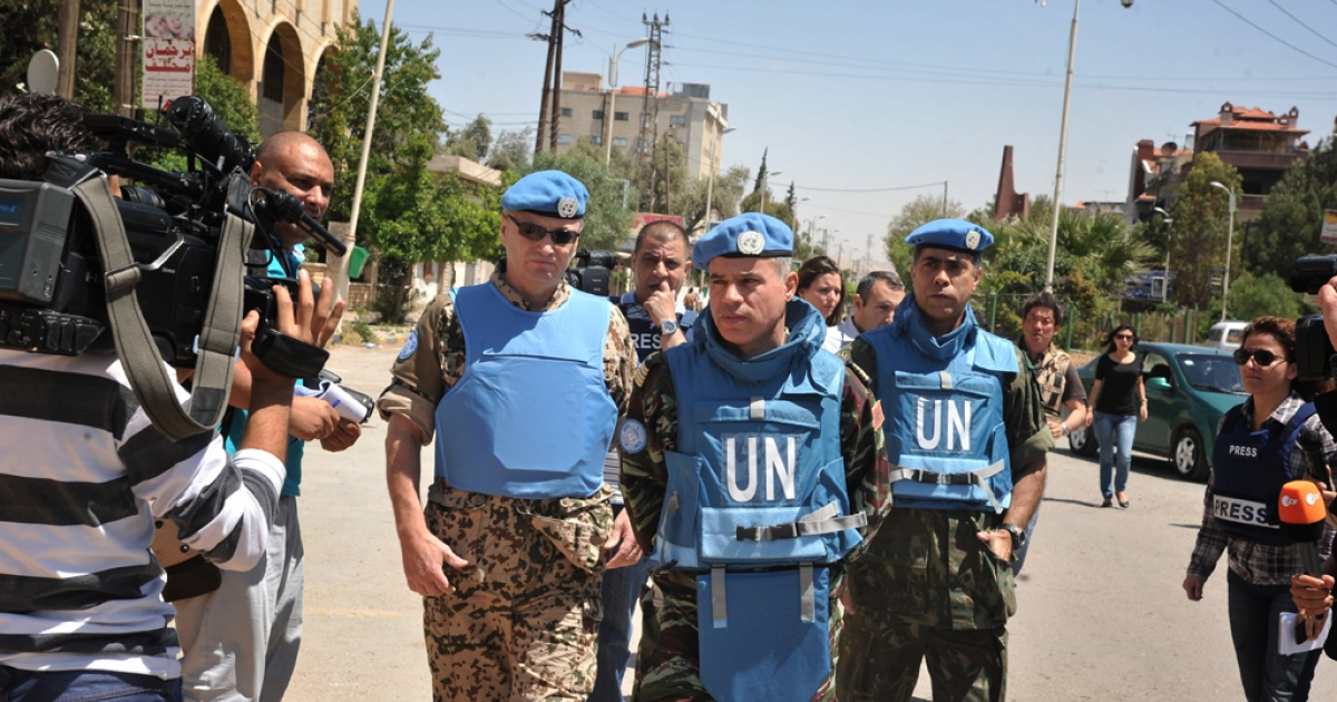 Moroccan Colonel Ahmed Himmiche (C), head of the UN observers' advance team tours Duma, in the suburb of the capital Damascus, on May 5, 2012.</p>
