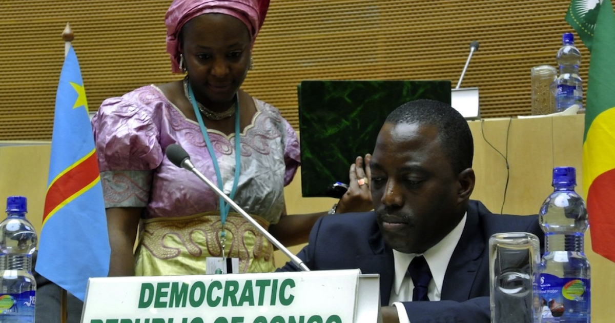 Democratic Republic of Congo's president Joseph Kabila (R) signs a peace agreeement during a summit in Addis Ababa on Feb. 24, 2013.</p>