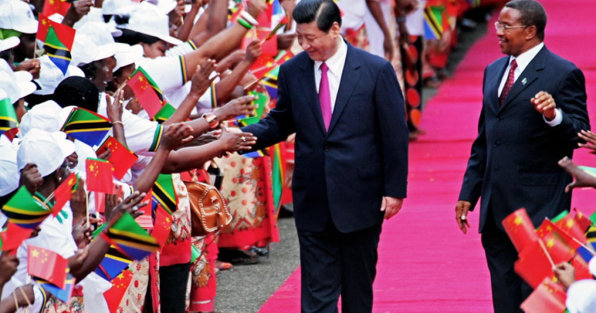 Chinese President Xi Jinping (L) shakes hands to members of a welcoming committee eyed by Tanzanian President Jakaya Kikwete upon his arrival at Julius Nyerere International airport in Dar es Salaam on March 24, 2013.  Xi Jinping and Peng Liyuan are on a two day visit to Tanzania, their first stop in Africa as part of an international trip.</p>