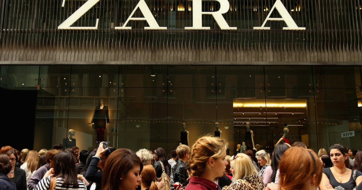 Shoppers await as Zara opens the doors to its Westfield Pitt Street Mall store on April 20, 2011 in Sydney, Australia.</p>