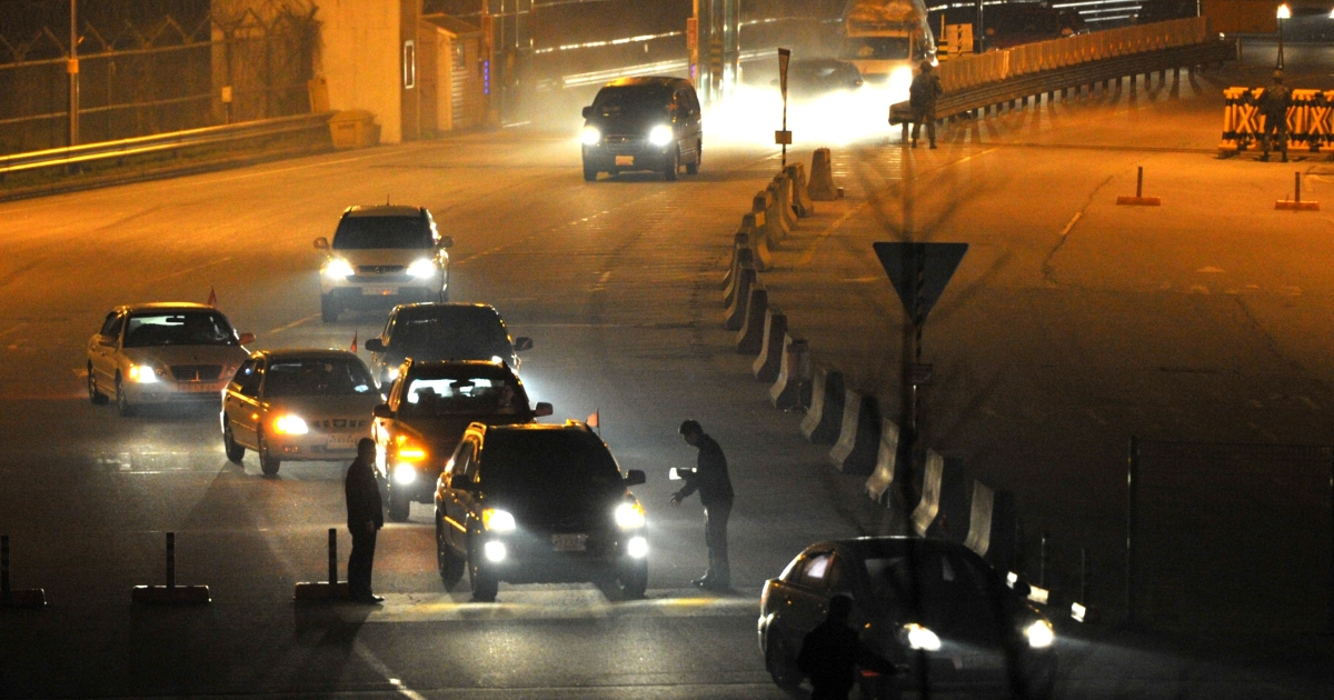 South Korean cars returning from inter-Korean Kaesong Industrial Complex in North Korea, arrive at a gate of the inter-Korean transit office in the border city of Paju on April 30, 2013.</p>