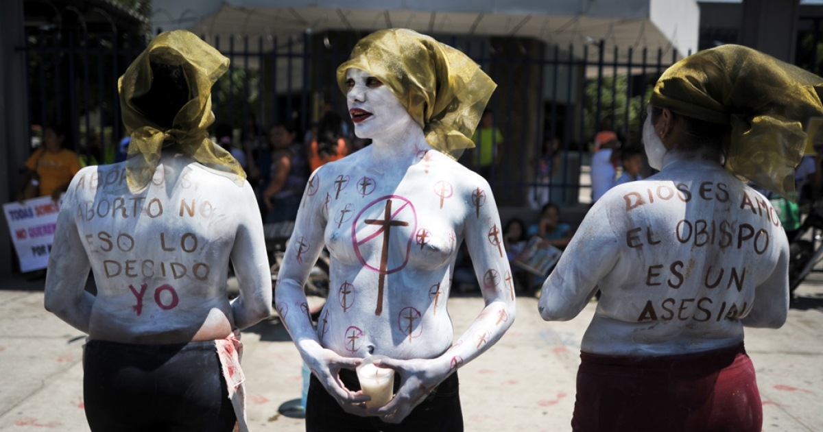 Members of feminist organizations demonstrate in favour of abortion outside the Courthouse of San Salvador on May 15, 2013. Feminist organizations are asking the Court to authorize a woman known as Beatriz (pseudonym) to have an abortion in order to preserve her life.</p>