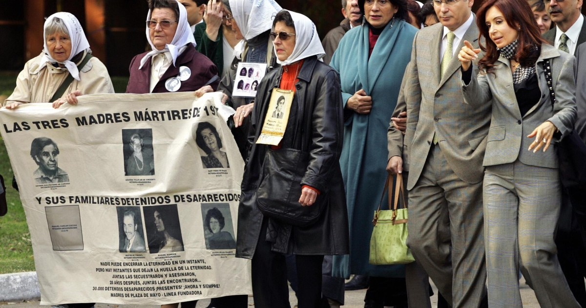 Cristina Fernandez de Kirchner (R) and members of the human rights group