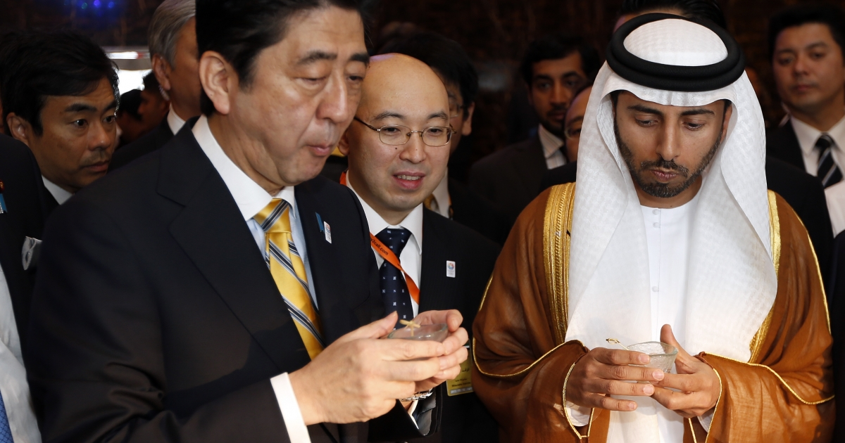 Japan's Prime Minister Shinzo Abe and the UAE's Minister of Energy Suhail al-Mazrouei (R) eat during the opening ceremony of the Japan-United Arab Emirates Business Forum on May 2, 2013 in Abu Dhabi.</p>