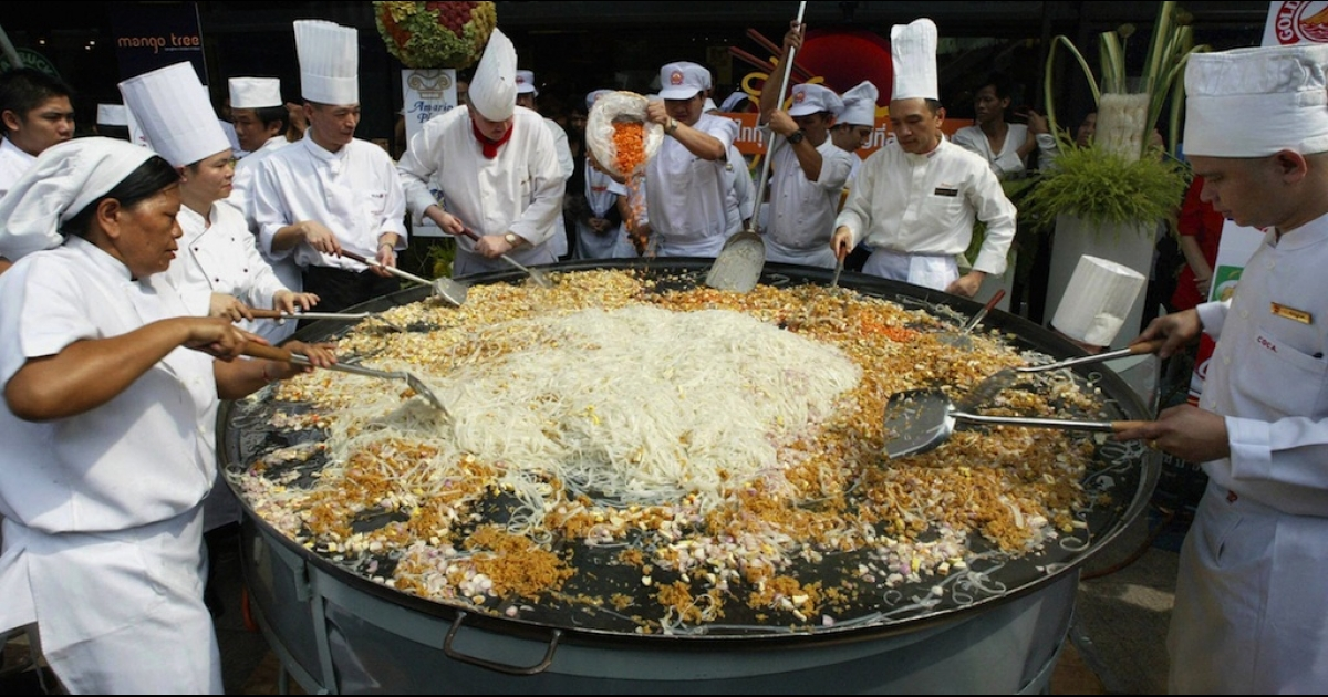 Fifteen chefs cook the world's biggest Pad Thai during the Thai Noodle Festival at a shopping center in Bangkok in June 2004.</p>