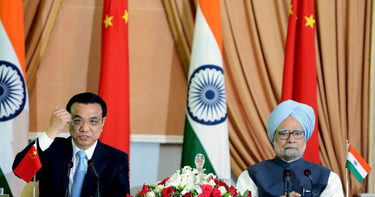 Prime Minister of the People's Republic of China, Li Keqiang (L), gestures while delivering a statement as Indian Prime Minister Manmohan Singh (R) looks on after the signing of agreements ceremony in New Delhi on May 20, 2013. Chinese Premier Li Keqiang pledged Monday to build trust with India and declared that ties between the Asian giants were key to world peace as he visited New Delhi only weeks after a border spat.</p>