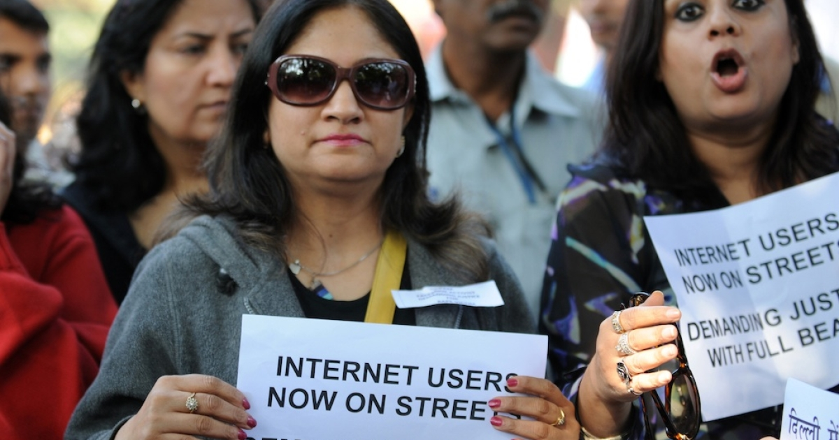 Indian Internet and facebook users shout anti-government slogans as they hold placards during a protest in New Delhi on December 21, 2012.</p>