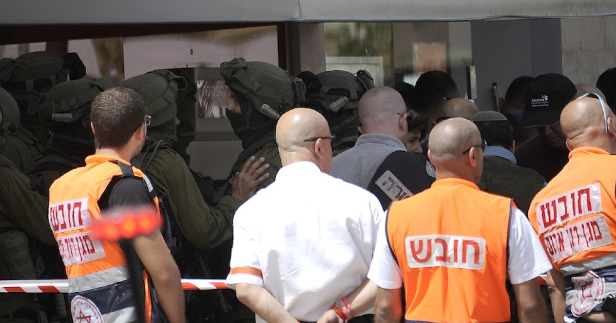 Israeli security gather outside following a bank robbery that escalated into a hostage situation in the Israeli city of Beersheva, on May 20, 2013. Four people were killed and three others wounded in a botched bank heist in southern Israel which ended when a robber who had held a hostage shot himself dead, police said.</p>