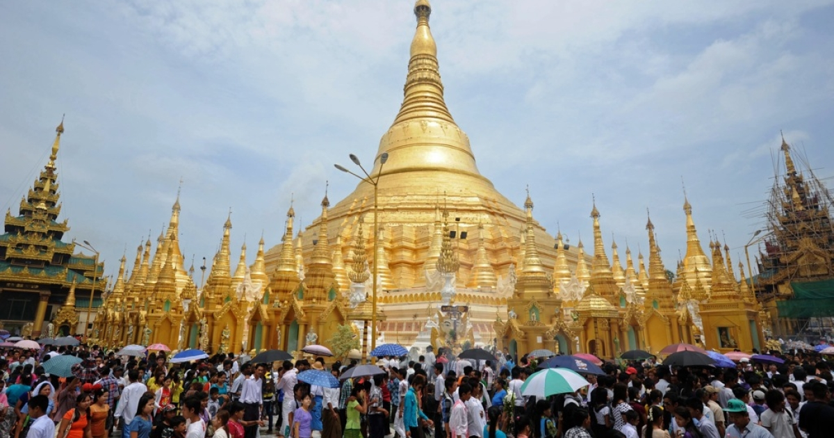 Myanmar devotee visit Shwedagon pagoda on the full moon day of Kasone Festival to mark Buddha's Birthday in Yangon on May 24, 2013.</p>