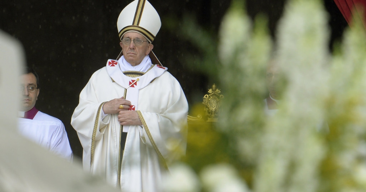 Pope Francis arrives to lead a Holy Mass for Confraternities on May 5, 2013 at St Peter's Square at the Vatican.</p>
