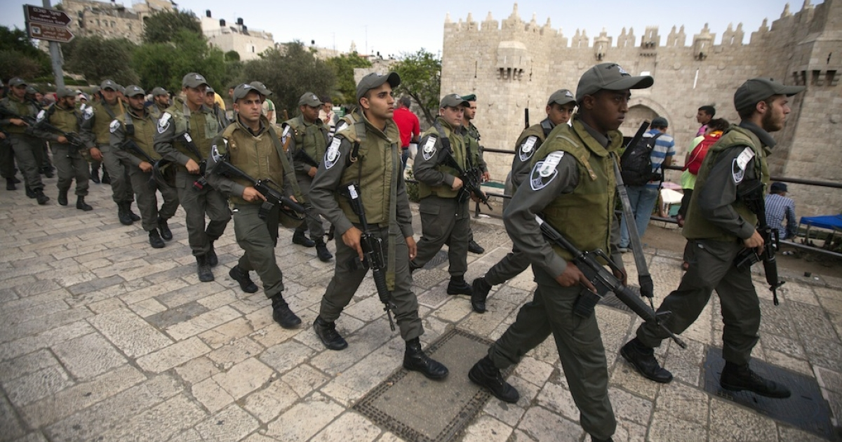 Israeli police arrive outside the Damascus Gate in Jerusalem's Old City on May 10, 2013. Jerusalem police were holding five ultra-Orthodox Jewish men who tried to disrupt landmark prayers by women Jewish activists at the Western Wall plaza in the Holy City.</p>