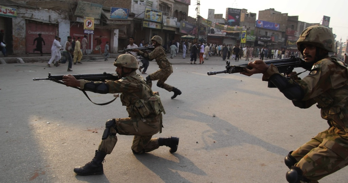 Pakistani army soldiers take position to disperse Sunni Muslims protesting against the attack on Sunni mosque and seminary, in Multan on November 16, 2013.</p>