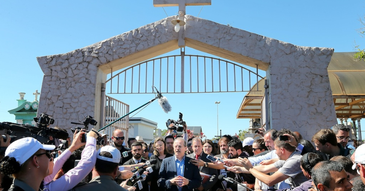 The governor of Rio Grande do Sul, Tarso Genro, speaks with the press on Nov. 13, 2013 outside the cemetery where the remains of former Brazilian President (1961-1964) João Goulart — commonly named Jango — lie. The remains of Goulart, deposed by a military coup d'etat, will be exhumed to determine whether he was poisoned during his exile in Argentina in the 1970s.</p>