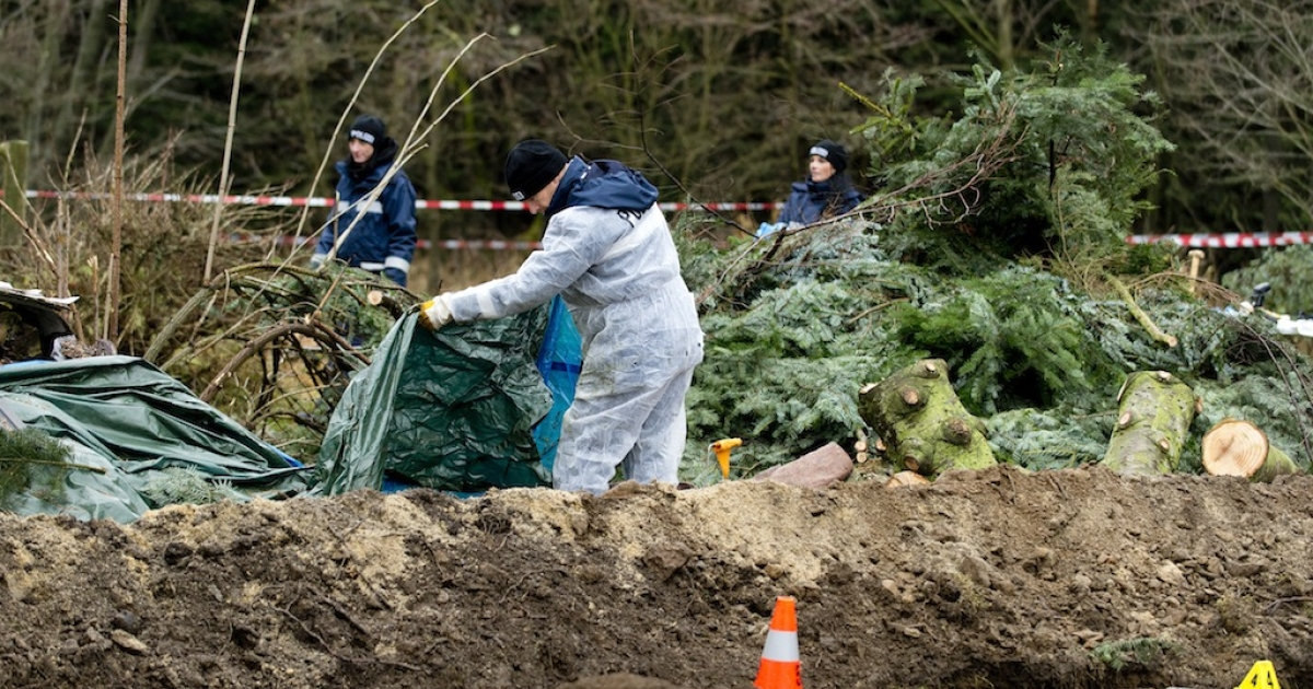 Dresden police on Friday search for evidence in the garden of a colleague where body parts were found.</p>