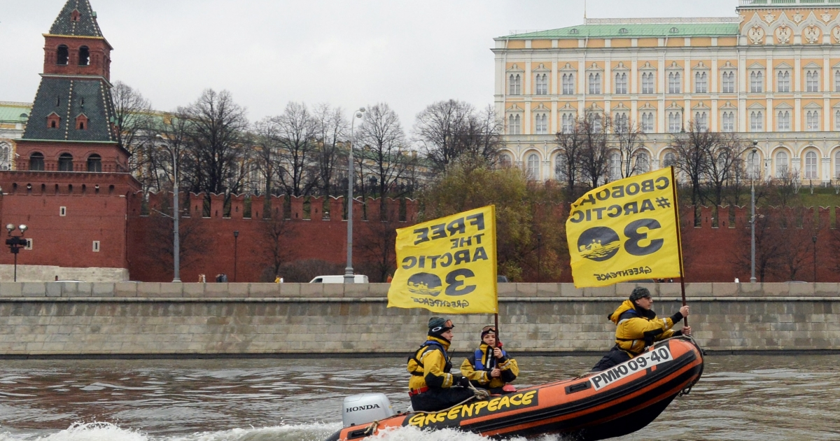Greenpeace activists pass the Kremlin.</p>