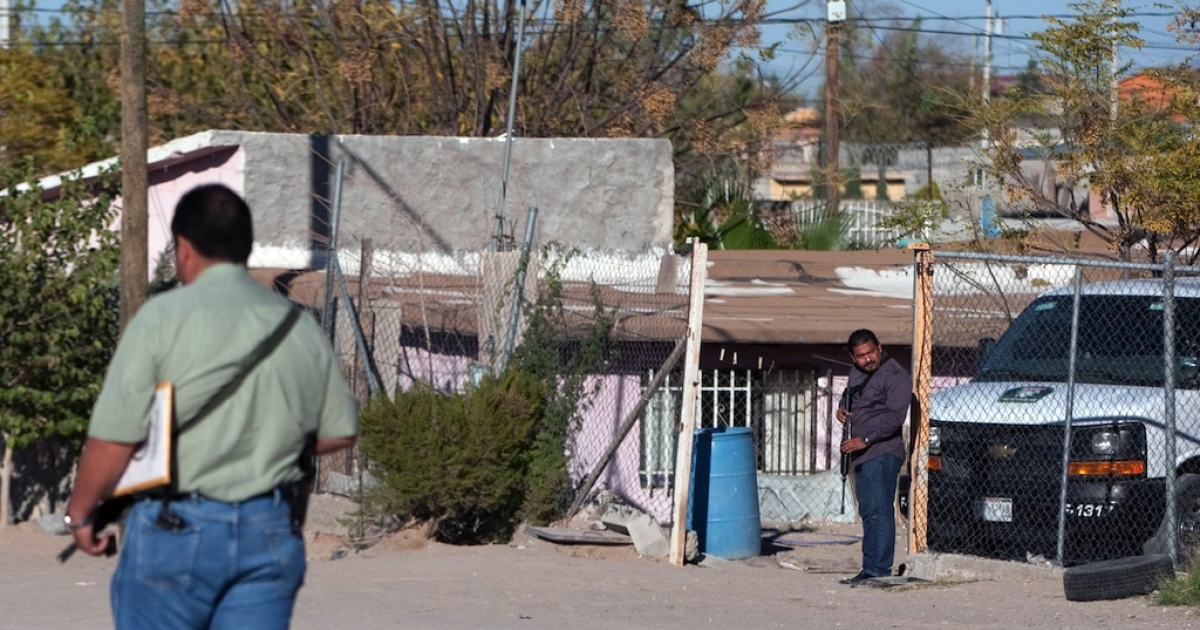 Mexican police guard the entrance of a house in Ciudad Juarez where eight members of the same family were found murdered on Nov. 17, 2013.</p>