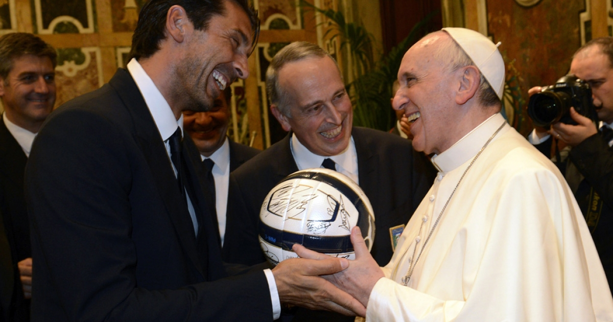 Pope Francis exchanges gifts with Gianluigi Buffon of Italy during an audience at the Vatican on August 13, 2013 in Vatican City, Vatican. Italy and Argentina played a friendly match the next day in Rome.</p>