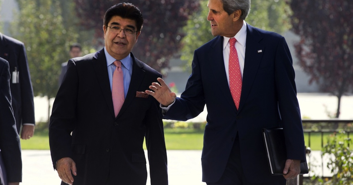 US Secretary of State, John Kerry is accompanied by Afghan Ministry of Foreign Affairs Acting Chief of Protocol, Hamid Siddiq to a second meeting with Afghan President Hamid Karzai at the Presidential Palace in Kabul on October 12, 2013.</p>