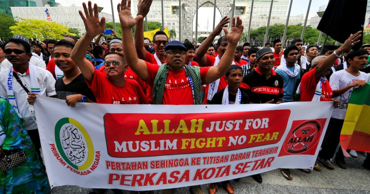 Muslim Protestors display a banner during a demonstration against a Malaysian Catholic newspaper using the word 'Allah' at the court of appeal in Putrajaya, outside Kuala Lumpur on October 14, 2013.</p>