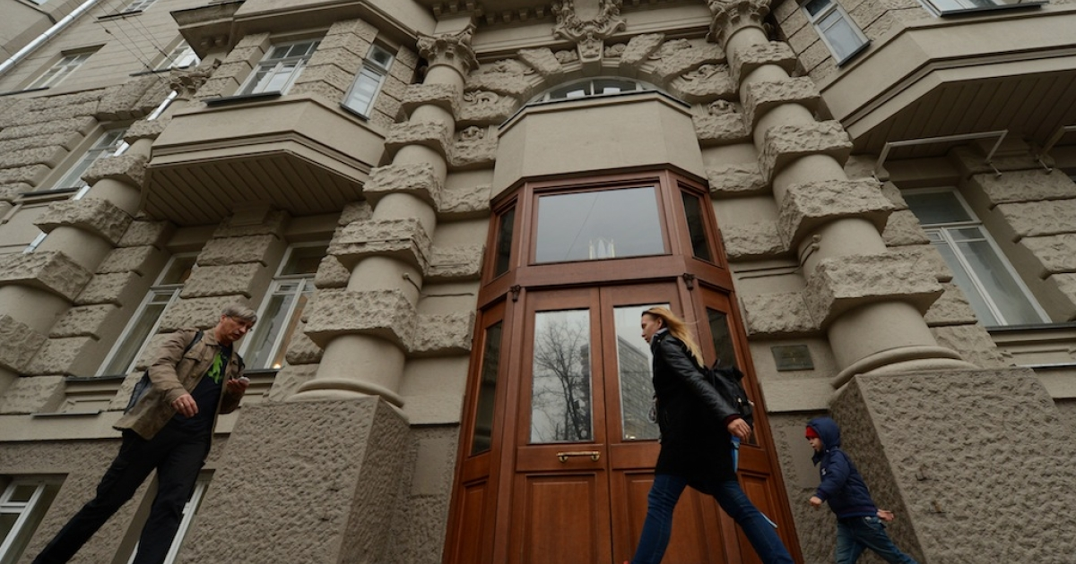 A picture taken in Moscow on October 16, 2013, shows people walking past a building where unknown individuals broke into the flat of Onno Elderenbosch, a senior Dutch diplomat of the Netherlands mission.</p>
