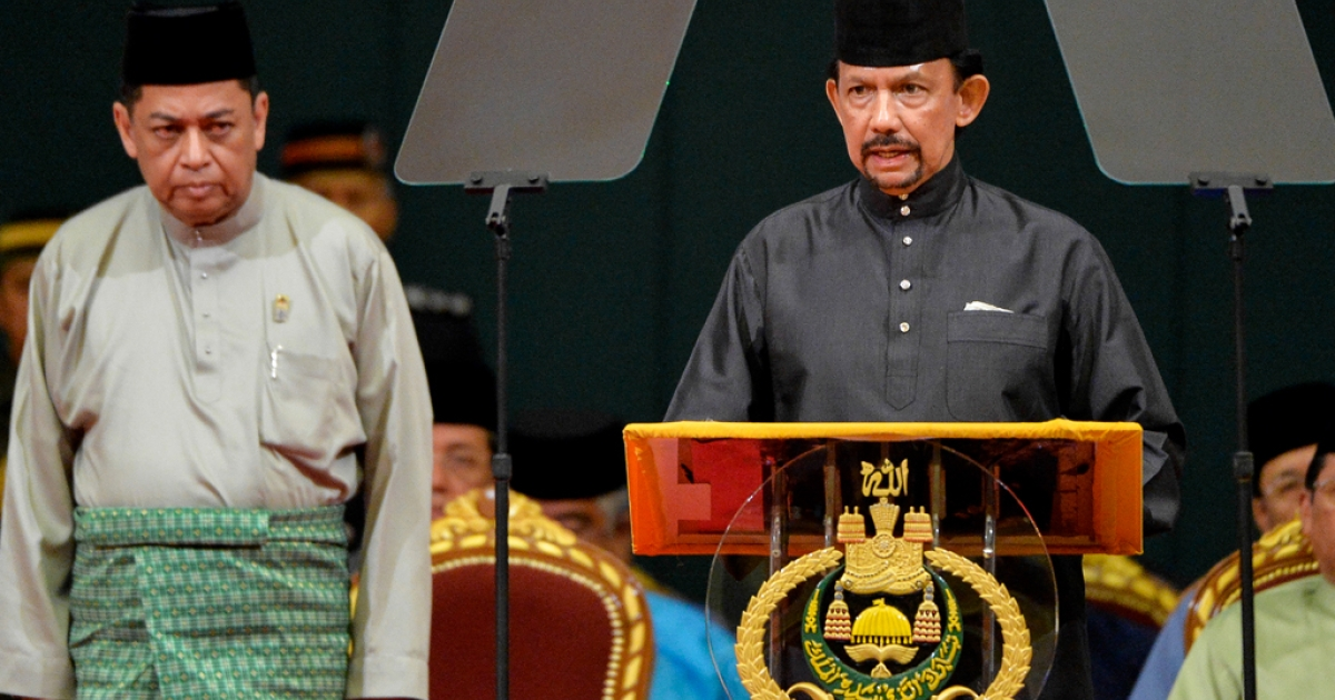 Brunei Sultan Hassanal Bolkiah (R) delivers his speech during the official opening of the Majlis Ilmu 2013 in Bandar Seri Begawan on October 22, 2013.</p>