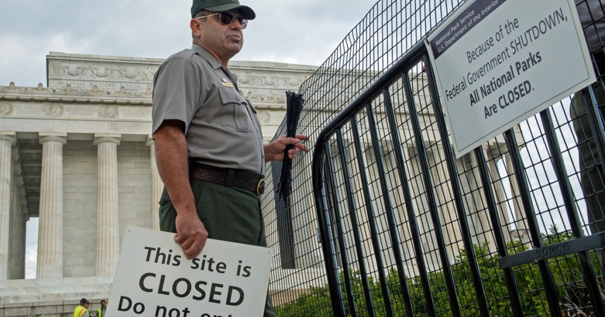 US Park Service workers fence off the closed Lincoln Monument in Washington, DC, as the first US Federal government shutdown since 1995 begins.</p>