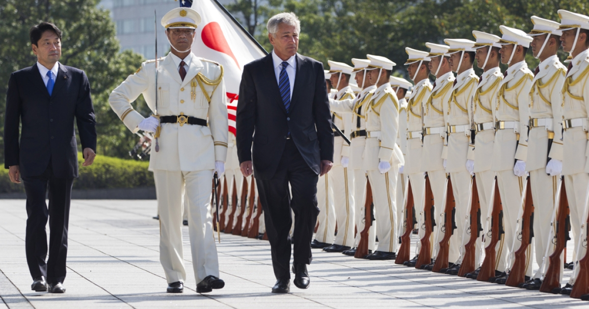 Japanese Defense Minister Itsunori Onodera (L), and US Secretary of Defense Chuck Hagel (R) review an honor guard at Defense Ministry on October 3, 2013 in Tokyo, Japan.</p>