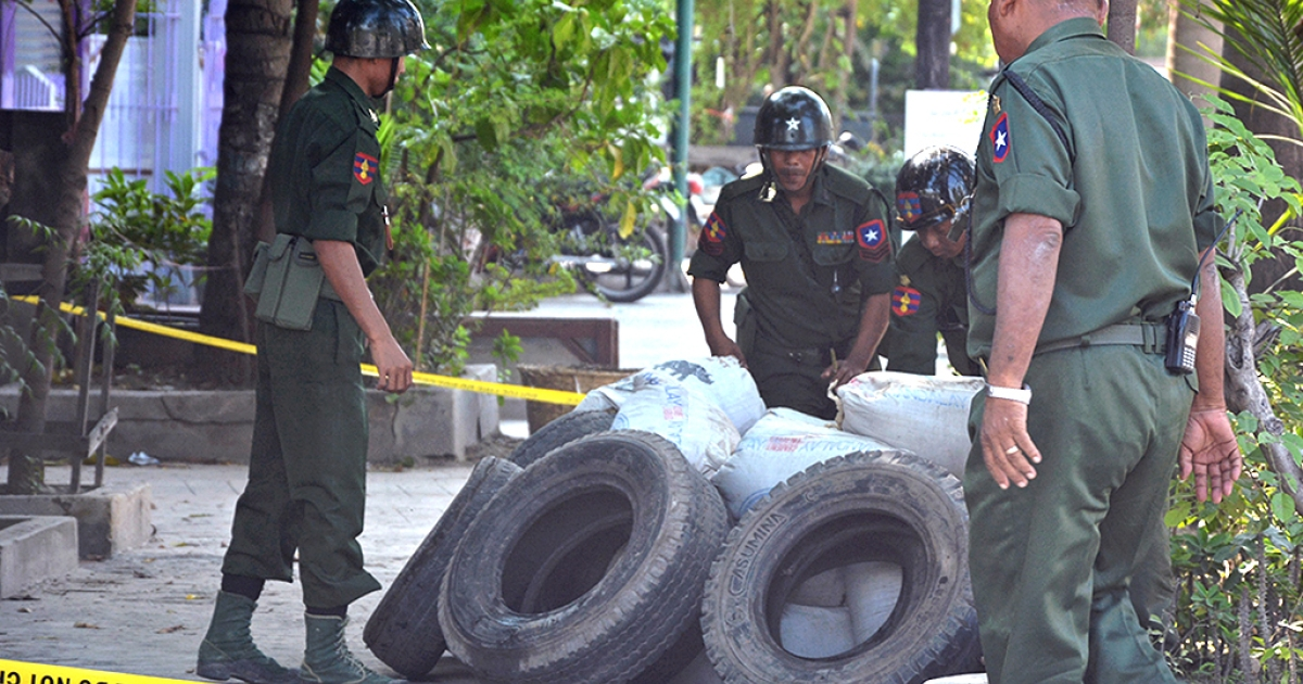 Soldiers defuse an explosive device which was found in Myanmar's northern city of Mandalay on October 14, 2013. Police in Myanmar said they were investigating a series of mysterious bomb blasts that have left two people dead and several wounded in recent days.</p>