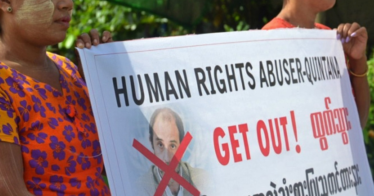 Ethnic Rakhine Buddhist villagers protest the visit of UN Human Right Rapporteur on Rights in Myanmar Tomas Ojea Quintana, in August, 2013.  The United Nations has called for dialogue after another violent clash in a camp for dispossessed Rohingya Muslims in western Myanmar.</p>