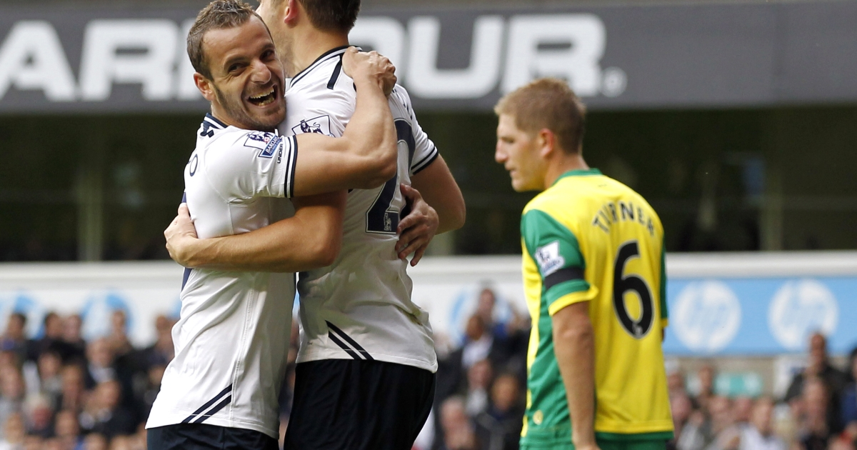 Tottenham Hotspur's Icelandic midfielder Gylfi Sigurdsson (C) celebrates scoring his second goal with Spanish striker Roberto Soldado (L) during the English Premier League football match between Tottenham Hotspur and Norwich City at White Hart Lane in north London on September 14, 2013.</p>