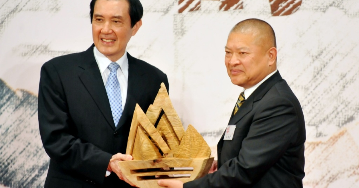Taiwan's President Ma Ying-jeou (L) confers a gift to Wang Zhihzhong, son of former Chinese chief negotiator in talks with Taiwan Wang Daohan, during a ceremony held at the headquarters of the island's quasi-official Straits Exchange Foundation in Taipei on April 29, 2013. Ma renewed the 'one China' policy of his government as Taiwan marked the 20th anniversary of the of the first high-level talks between Taiwan and the Chinese mainland since their split in 1949 at the end of a civil war.</p>