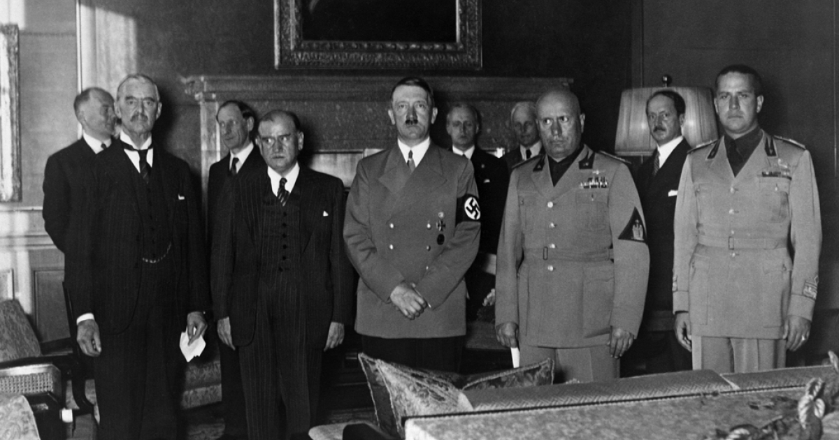 Prime Ministers (left to right) Lord Neville Chamberlain (UK), Edouard Daladier (France), Nazi German Chancellor Adolf Hitler, Benito Mussolini (Italia) and Italian Foreign minister Count Gian Galeazzo Ciano gather in Munich to sign the Munich treaty, Sept. 29, 1938.</p>