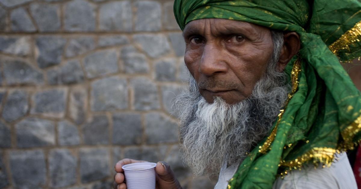 A Sufi pilgrim drinks tea in New Delhi on May 15, 2013.</p>