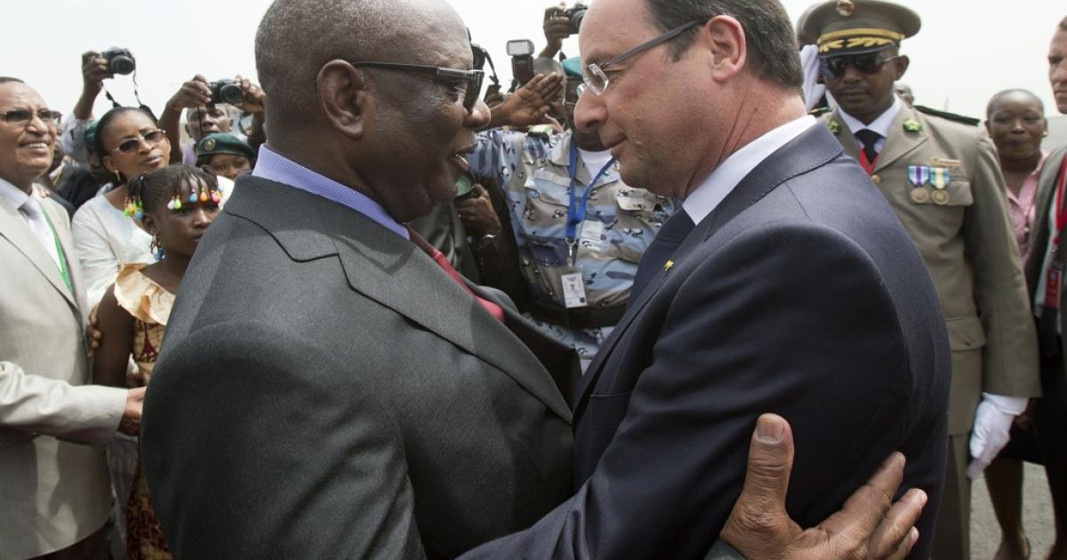 President Francois Hollande of France (R) greets Mali's new president, Ibrahim Boubacar Keita, at the Bamako airport on Sept. 19, 2013.</p>