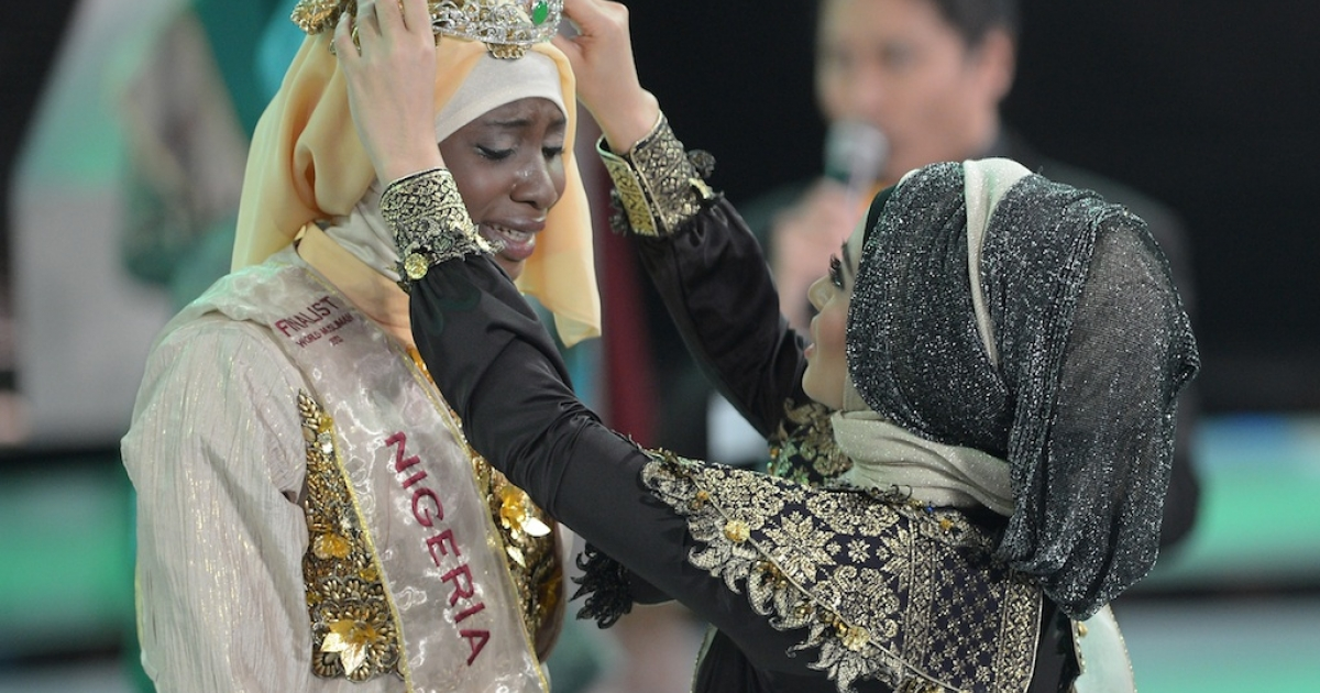 Obabiyi Aishah Ajibola of Nigeria is crowned the winner of the Muslimah World competition in Jakarta on Sept. 18, 2013.</p>