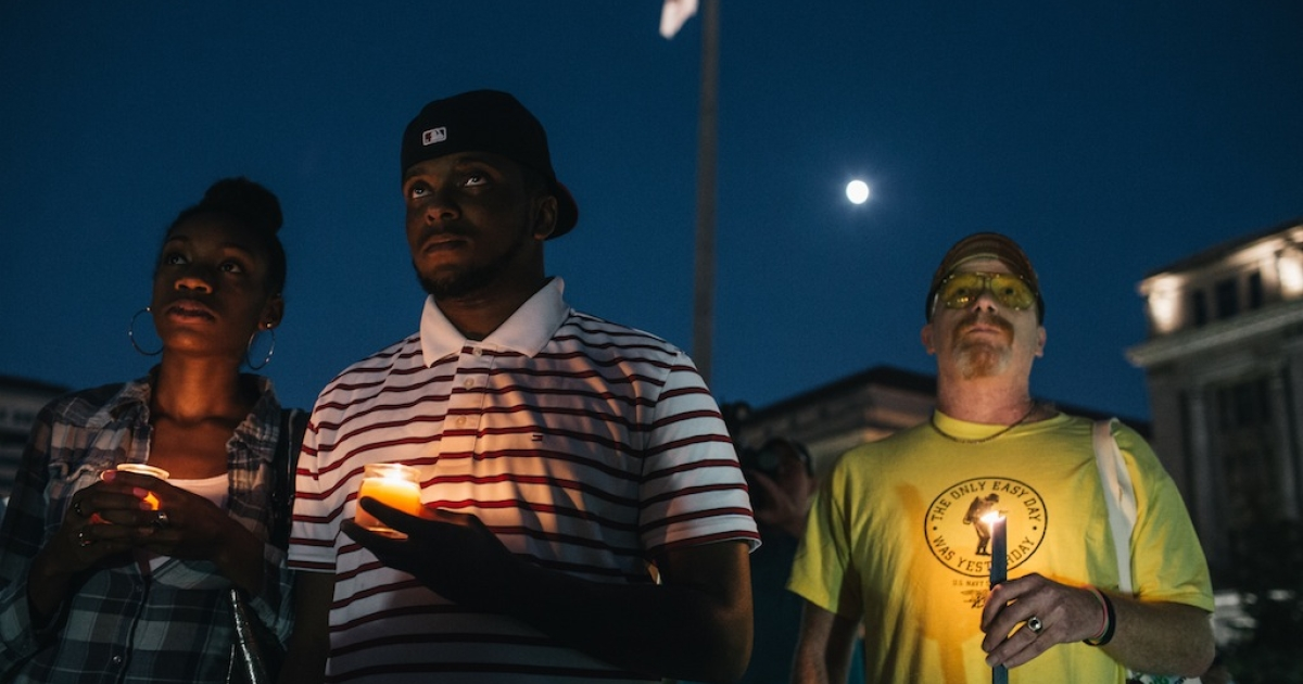 People hold candles in remembrance of those affected by gun violence during a vigil at Freedom Plaza on Sept. 16, 2013 in Washington, DC.</p>