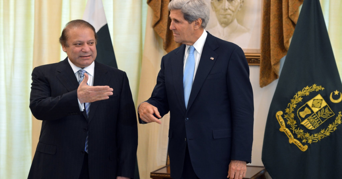 US Secretary of State John Kerry (R) speaks with Pakistani Prime Minister Nawaz Sharif at the Prime Minister's House in Islamabad on August 1, 2013. Kerry invited Pakistan's prime minister to talks with President Barack Obama, seeking to upgrade fractious ties dominated by rows over drone strikes and Islamist militants.</p>