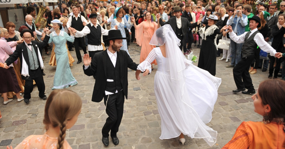 A couple dances during the theatrical performance 'Jewish Wedding in Galicia' as part of the International Festival of Jewish music 'LvivKlezFest 2013' in the western Ukrainian city of Lviv, on September 1, 2013.</p>