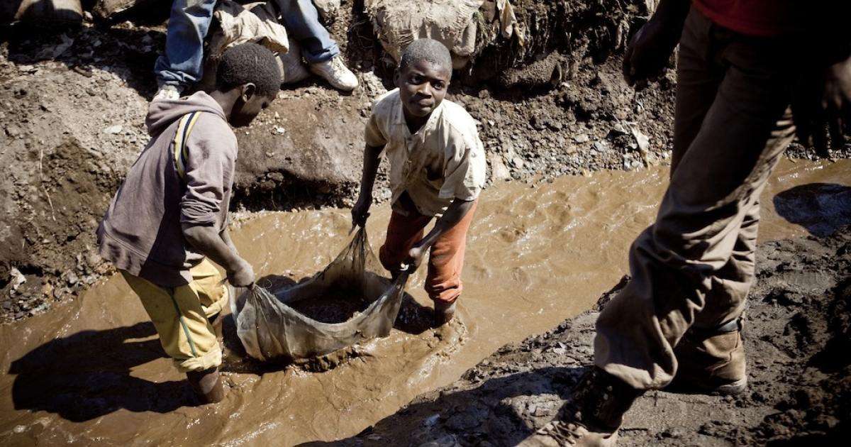 Children wash copper on July 9, 2010 at an open-air mine in Kamatanda in the rich mining province of Katanga, southeastern Democratic Republic of Congo (DRC). Some 400 children from Kamatanda and surrounding villages, who have dropped out of school, help miners transport, sort or wash the mineral.</p>