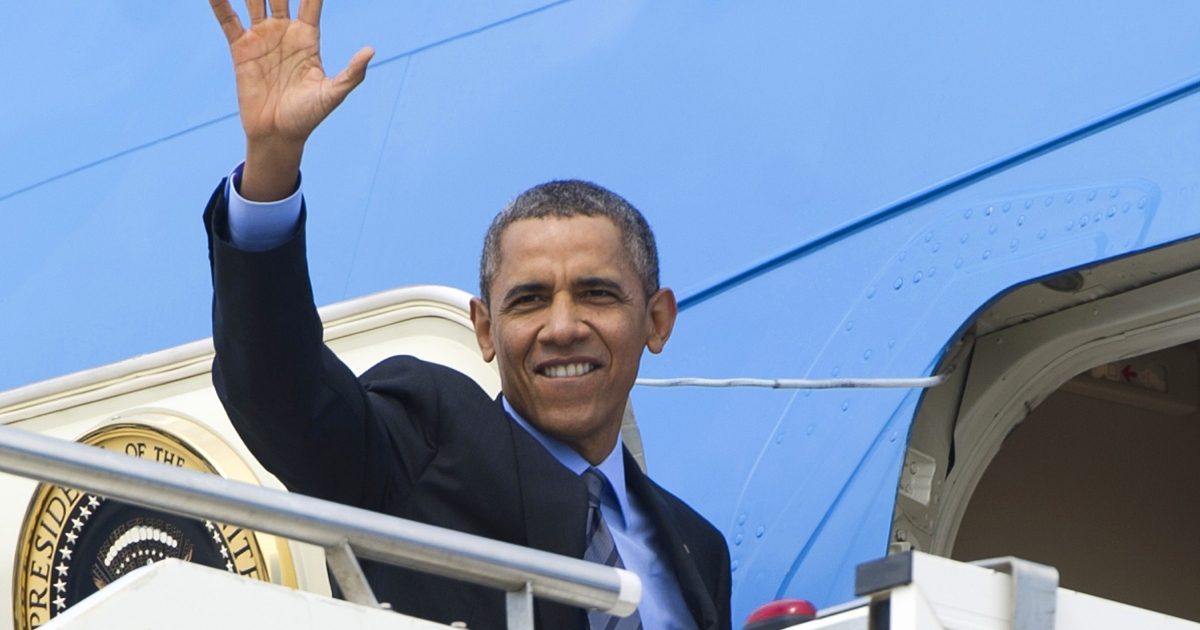 US President Barack Obama waves as he boards Air Force One prior to his departure from Rome to Riyadh on March 28, 2014.</p>