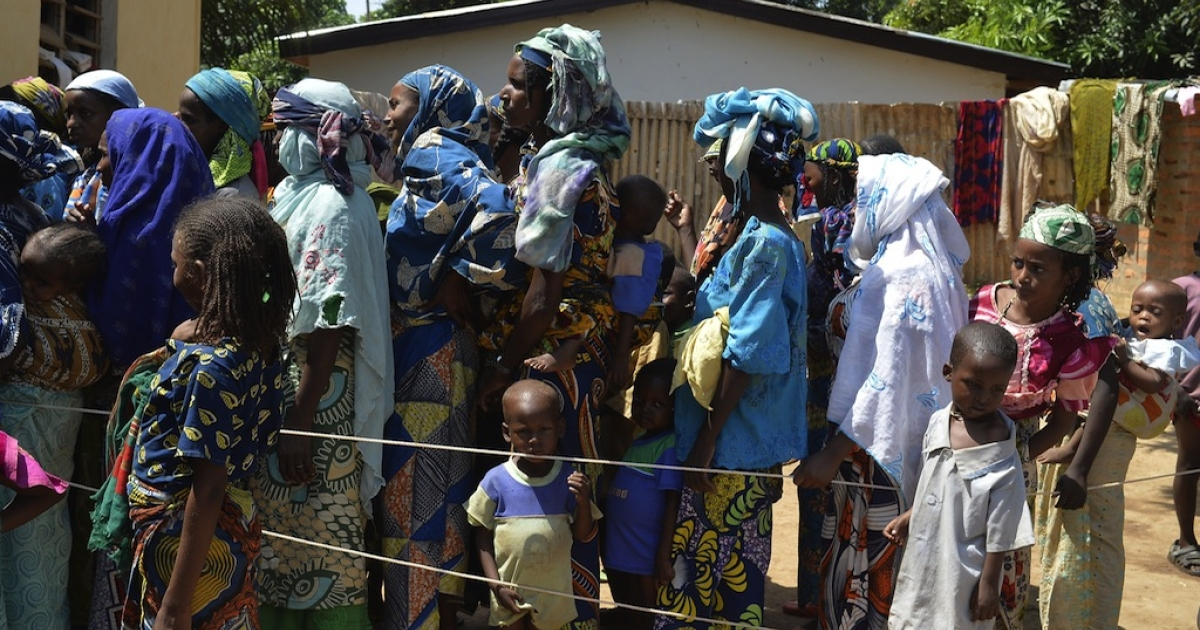 Peolpe of the Pulaar ethnicity wait in line in the Begoua district, northeast of Bangui,  to receive humanitarian and medical aid on April 9, 2014. The Security Council of the UN has just adopted authorizing the deployment to Central African Republic in September of about 12,000 peacekeepers.</p>