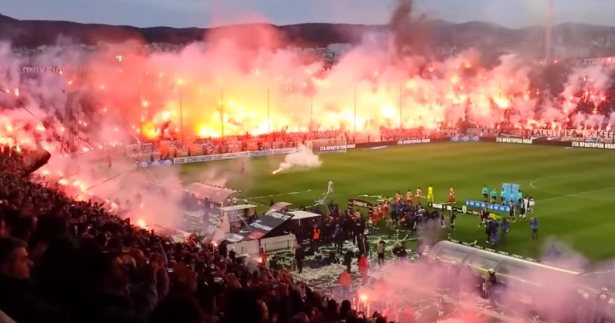 PAOK fans light thousands of flares at Toumba Stadium in Thessaloniki, Greece on April 16, 2014.</p>