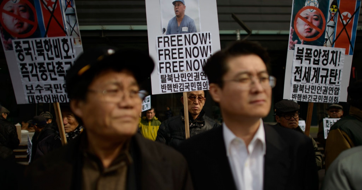 A conservative anti-North Korean activist holds a placard calling for the release of detained US missionary Kenneth Bae during a protest against the North Korean regime, in Seoul on Feb. 16, 2014.</p>
