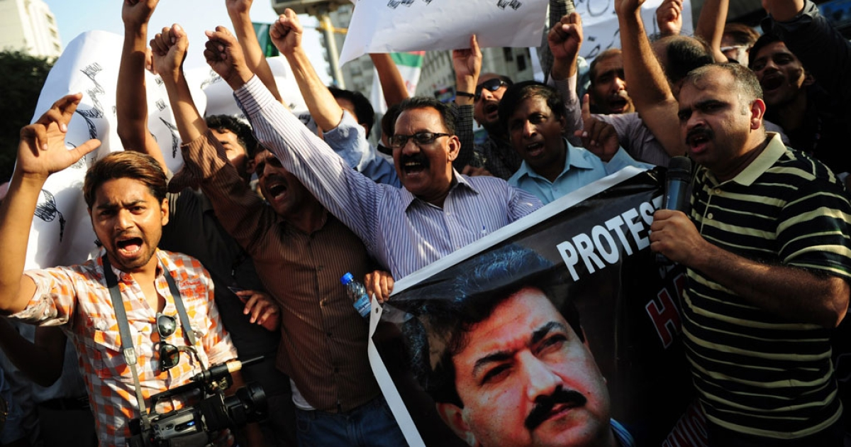 Pakistani journalists shout slogans during a protest against an attack on television anchor Hamid Mir in Karachi on April 21, 2014.</p>