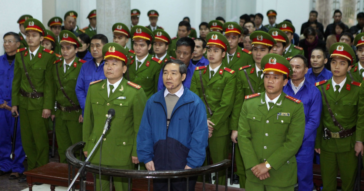 Duong Chi Dung (C-front), 56, former chairman of Vinalines, and his accomplices listen to the verdict at a local People's Court in Hanoi on December 16, 2013. Two top executives were sentenced to death for embezzlement as authorities try to allay rising public anger over corruption.  Three corrupt bankers have also recently the death sentence.</p>