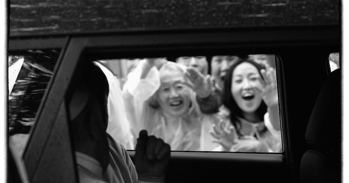 Pope Francis leaves in a car after the Mass for peace and reconciliation at Myeong-dong cathedral on August 18, 2014 in Seoul, South Korea. The pope, whose five-day trip to South Korea runs through today, was wrapping up his inaugural trip to Asia.</p>