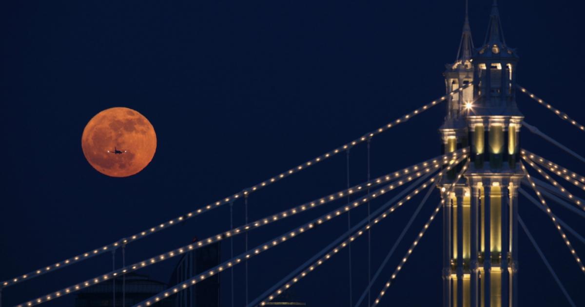 Full moon over London.</p>