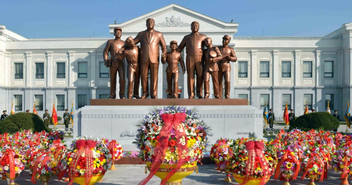 This picture taken by North Korea's official Korean Central News Agency on February 16, 2013 shows the statues of late leaders Kim Il-Sung (3rd L) and Kim Jong-Il (3rd R) at Mangyongdae Revolutionary School in Pyongyang.</p>