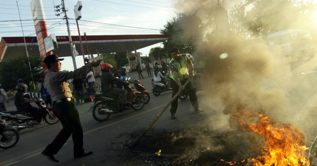 Indonesian demonstrators burn tires on June 17, 2013 during a protest against a fuel price hike.</p>